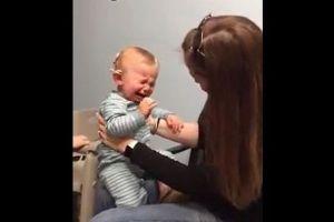 生まれつき耳が不自由な赤ちゃん、初めてお母さんの声を聞き思わず泣き出してしまう