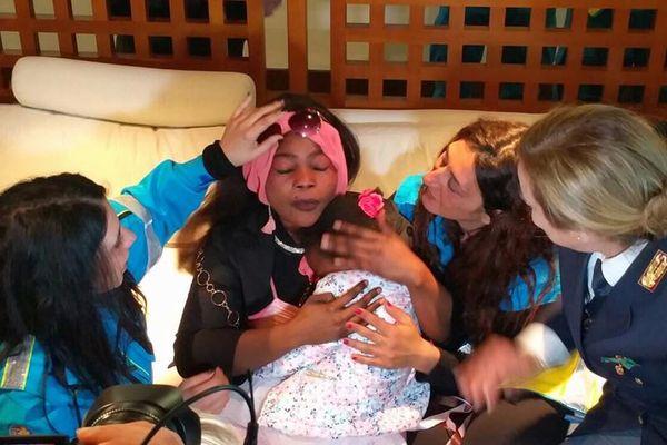 難民とともに1人で地中海を渡った4歳の少女が、5カ月ぶりに母親と再会を果たす