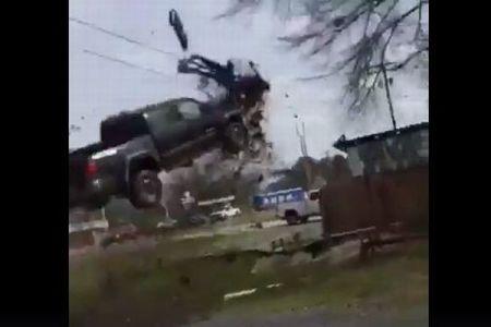 カーチェイスの衝撃的結末、米で警察に追われた車がコントロールを失い宙を飛ぶ