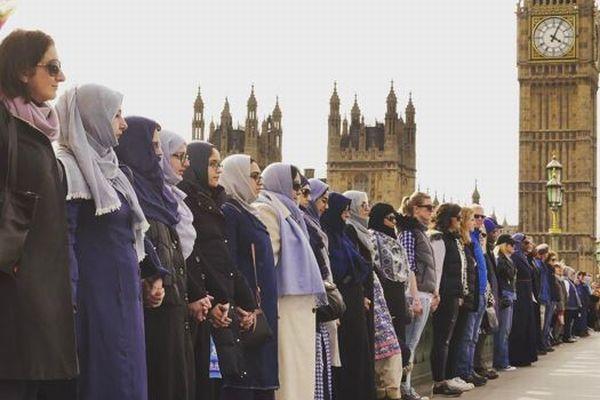 英襲撃事件の犠牲者を悼むため、女性らが事件現場で「人間の鎖」を作る