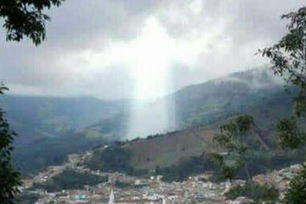 コロンビアで土砂災害の後に、人の姿をした不思議な光が出現