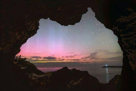 豪の形をした洞窟から美しいオーロラを撮影した写真がユニーク