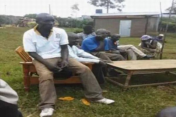 死亡したと思われていた男性が葬式の直前にバーで発見され、家族や村人も大喜び