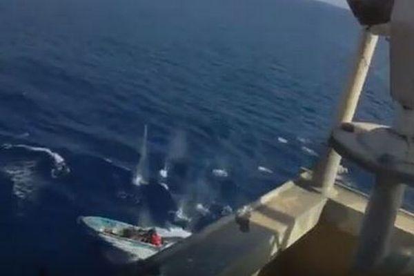 インド洋に現れた海賊、急速に迫るボートを迎撃する動画が公開される