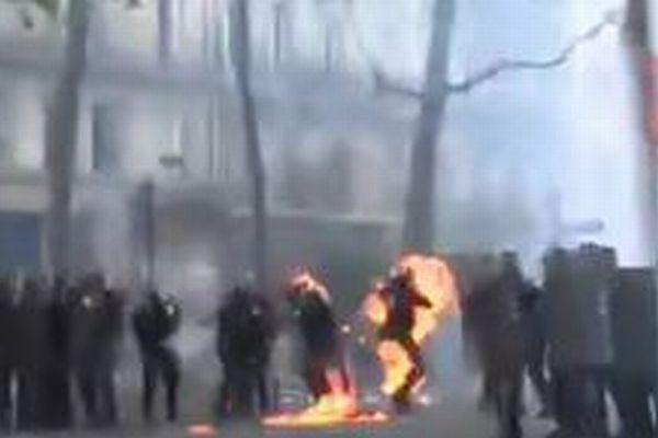 パリで発生した大規模デモ、一部が暴徒化し警官が炎に包まれ火傷を負う