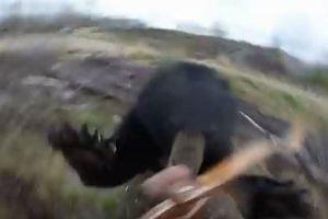狩猟の最中にクマに遭遇、突進され襲われる瞬間を捉えた動画が恐ろしい