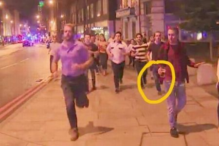 テロ事件の最中、どうしてもビールを手放せずに逃げていた男性が話題に