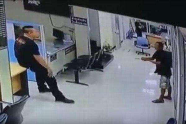 「まさにヒーローだ!」ナイフを持った男と対峙したタイの警官、その対応に賞賛の声