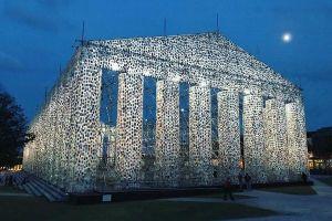 その数なんと10万冊、発禁処分の本で作られた神殿のアート作品が話題に
