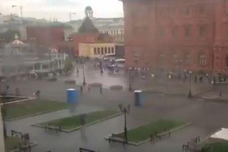 強い風の影響により、ロシアで奇妙な動きをみせるユニークな物体が目撃される