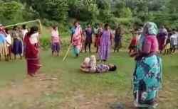 レイプされ殺害された娘のため、母親らが怒りを込めて犯人を棒で殴り続ける