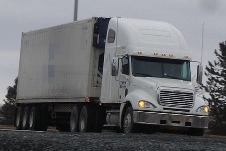 密航ビジネスの被害者か?トラックに高温状態で多くの移民が閉じ込められ、9人が死亡