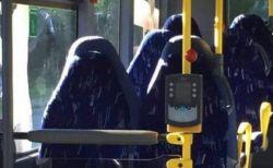 反イスラム・グループがバスの座席を、ブルカ姿の女性と間違えて投稿?