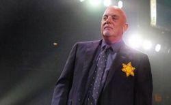 ビリー・ジョエルがネオ・ナチに無言の抗議、「ダビデの星」をつけてステージへ