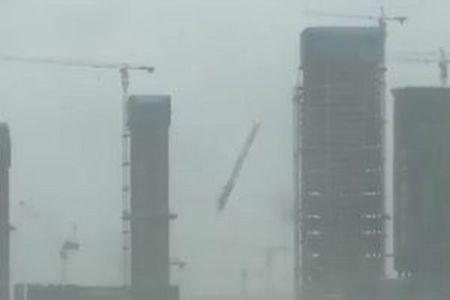 資材落下やトラック横転…台風13号「ハト」の猛威を捉えた動画が凄まじい