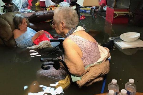 施設の高齢者が腰まで水に…ハリケーン「ハービー」の猛威を示す1枚の写真が衝撃的
