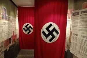 酔ったアメリカ人がドイツでナチス式敬礼、地元の住民からパンチを浴びる