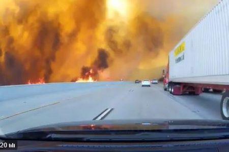 ロサンゼルスで史上最大規模の山火事が発生、道路も火の手に包まれる