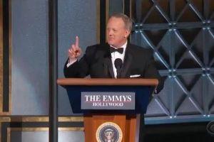 スパイサー元報道官が「エミー賞」にサプライズ出演、会場が大爆笑