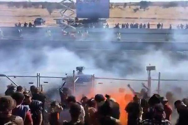 豪のイベント会場で車の後部から炎が噴出、観客を飲み込み11人が病院へ搬送
