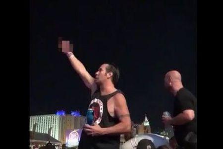 【ラスベガス銃乱射】銃撃の最中に男性が犯人に指を突き立て、抵抗の意志を示す