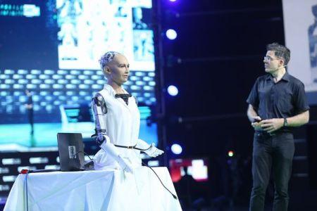 世界で初めて人間型ロボット「ソフィア」が市民権を獲得、与えたのは意外な国だった