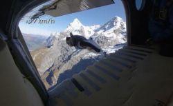 ウィングスーツを来て崖からダイブ、飛行中の機体に乗り移る離れ業がスゴイ