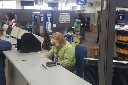映画「ズートピア」のナマケモノをモチーフ、センター職員のハロウィーン衣装が話題に