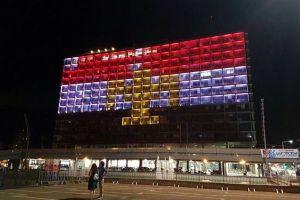 エジプトでのテロ事件の犠牲者を悼むため、各国の建物がライトアップ