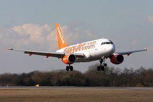 搭乗予定機逃したスイス人の男、別便のトイレに隠れて飛び立とうとするも逮捕