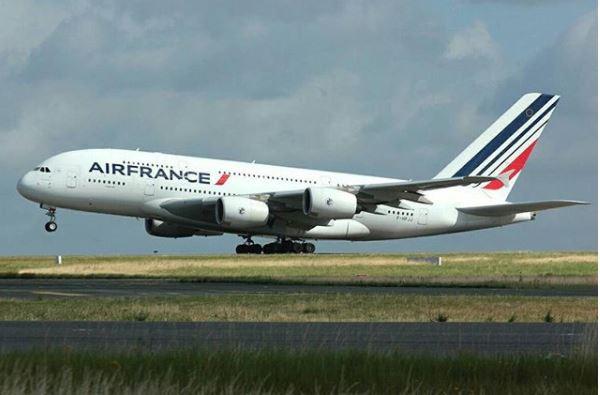 ホームレスの男、フランスの空港で開いていたオフィスから4000万円を盗む