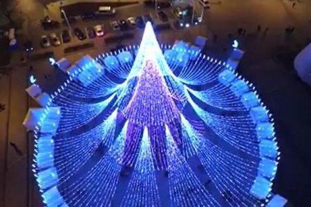 北欧で最も美しいとされたクリスマスツリー、今年も華やかな装いで注目を集める