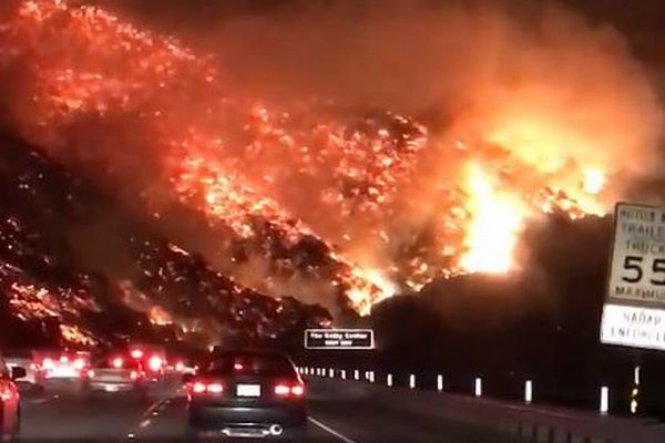 カリフォルニア南部で再び山火事が発生、朝の通勤途中に撮影された映像が恐ろしい