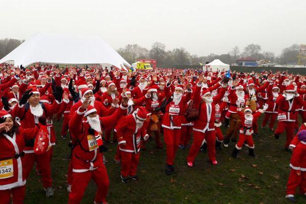 英で病気の子供たちへのチャリティ・マラソン開催、数千人がサンタ姿で街を駆け抜ける