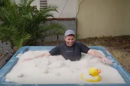まるで水のようにサラサラ!砂のお風呂に入った男性が沈んでいく動画がユニーク