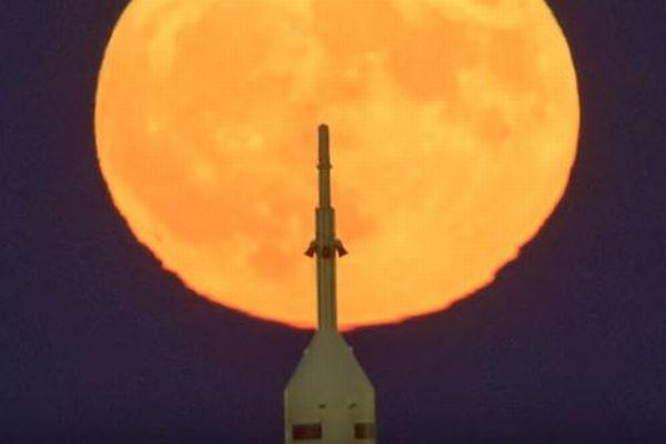 「ウルフ・ムーン」と呼ばれる「スーパームーン」が1月1日の夜空に浮かぶ