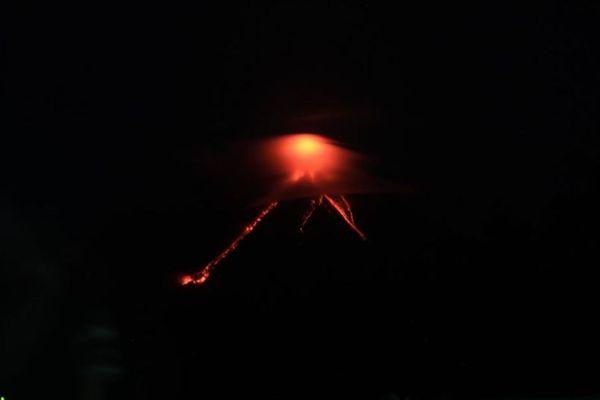 比のマヨン山で噴火が発生、溶岩の流れが確認され1万人以上が避難