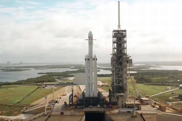 スペースX社の新型巨大ロケットが発射台に登場、ドローン映像が公開される