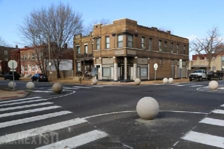 道路の真ん中に置かれた謎の球体…その正体とは