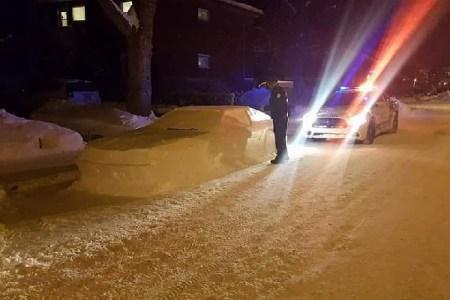 雪で作られた車に駐禁切符を切る警察官の姿が話題に