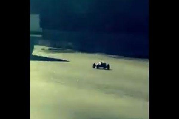 米のハイウェイに突如ラジコン・カーが出現、超高速で走る姿に目撃者もビックリ