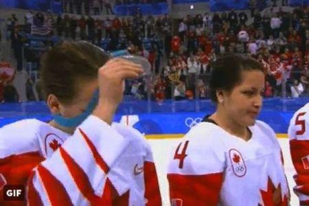 アイスホッケー女子のカナダ選手、首にかけられた銀メダルをその場で外す