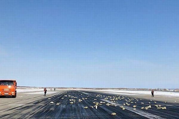 離陸直後の飛行機から大量の金の延べ棒が落下、滑走路など広範囲に散乱