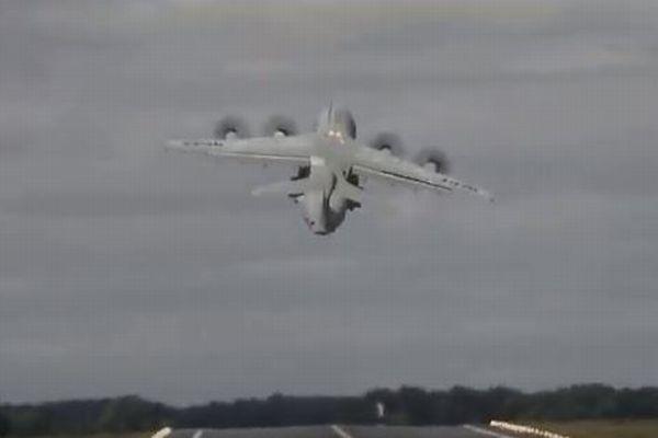 巨大な機体が離陸直後に垂直上昇、航空ショーで撮影された映像がスゴイ