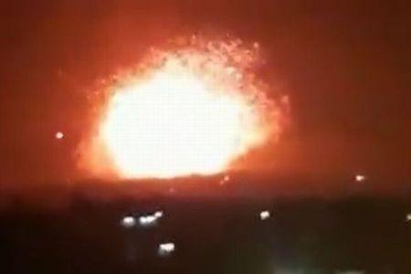 シリアに正体不明のミサイルが飛来、複数の基地で爆発が起き地震も観測