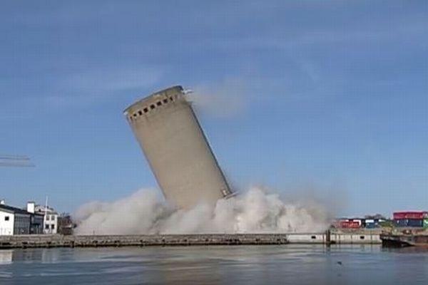 デンマークで建物の爆破処理に失敗、予想外の方向へ倒れ図書館を破壊