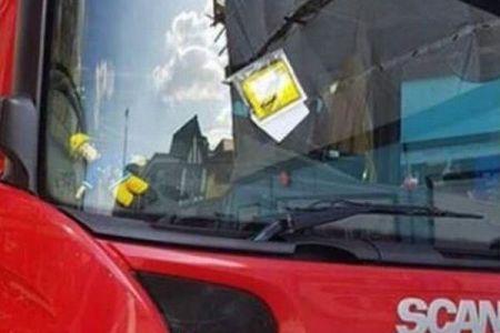 消防車にまで駐車違反のシール!事情を知った住民が交通監視員に猛反発