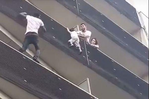 まさにスパイダーマン! 建物の5階に登り子供を救った男性がすごい