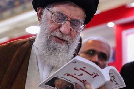 イランの最高指導者が、トランプ大統領の暴露本を読む姿をインスタに投稿