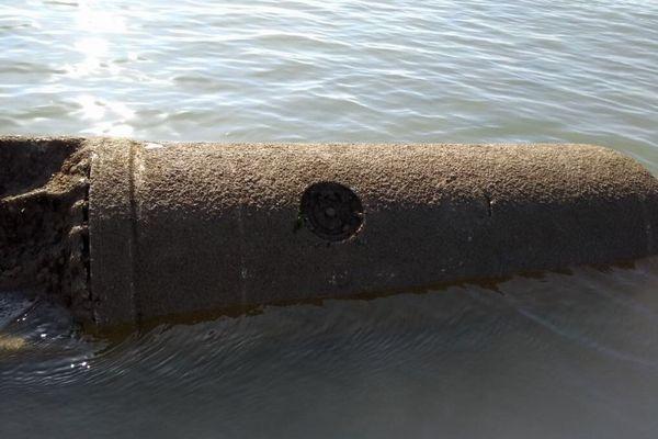英の海岸で旧ドイツ軍が使用した巨大な機雷を発見、海上で爆破処理される